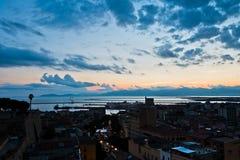 Panorama van Cagliari de stad in bij zonsondergang in Sardinige Stock Afbeelding