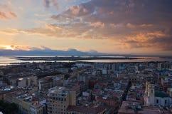 Panorama van Cagliari de stad in bij zonsondergang in Sardinige Royalty-vrije Stock Fotografie