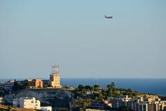 Panorama van Cagliari met een naderbij komend vliegtuig stock afbeelding