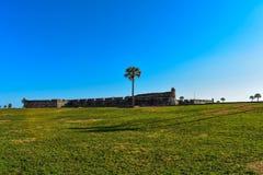 Panorama van Castillo DE San Marcos Fort en groene weide in de Historische Kust van Florida royalty-vrije stock fotografie