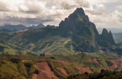 Panorama van centraal Laos met de hoogste bergen en een dramatische hemel op de achtergrond royalty-vrije stock afbeelding