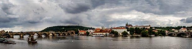 Panorama van Charles-brug in Praag, de herfstdag Tsjechische Republiek Stock Fotografie