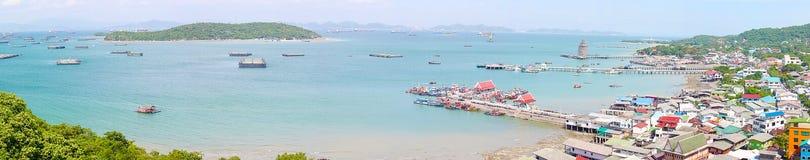 Panorama van Chumphon-estuarium Visserijdorp met bewolkte hemel, Thailand De visserij is het belangrijkste beroep voor de dorpsbe Stock Foto's
