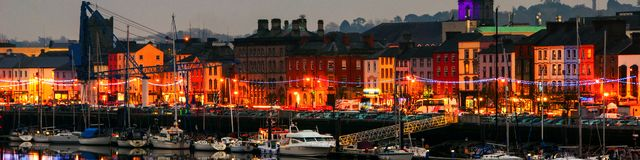 Panorama van cityscape bij nacht met verlichting in Waterford, Ierland stock foto