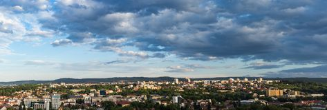 Panorama van Cluj Napoca stad zoals die van Cetatuia-Heuvel dichtbij langs wordt gezien Stock Foto's
