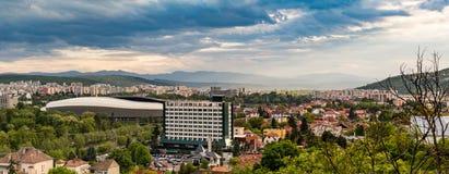 Panorama van Cluj Napoca stad zoals die van Cetatuia-Heuvel dichtbij langs wordt gezien Stock Fotografie