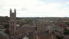 Panorama van Cork, St Mary en St Anne Church; Ierland stock footage