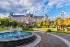Panorama van Cultureel Paleis en centraal vierkant in Iasi-stad, Moldavië Roemenië stock foto's