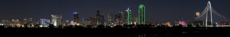 Panorama van Dallas, Texas Skyline op een duidelijke nacht met volle maan Stock Foto's