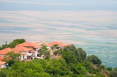 Panorama van de Alazani-vallei van de hoogte van de heuvel Royalty-vrije Stock Foto