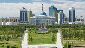 Panorama van de Astana-stad timelapse en de voorzitters` s woonplaats Akorda met park stock video