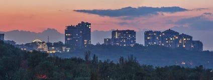 Panorama van de avondstad bij zonsondergang stock fotografie