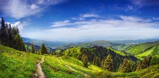 Panorama van de bergen in Alamty royalty-vrije stock afbeeldingen