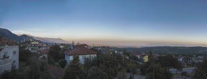 Panorama van de bergen bij dageraad aan de slaapstad Denizli, Turkije royalty-vrije stock afbeelding