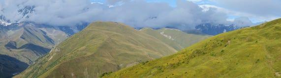 Panorama van de bergen van de Kaukasus in Hogere Svanetia, Georgië Royalty-vrije Stock Foto's