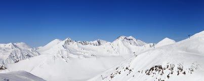 Panorama van de bergen van de sneeuwwinter. De Bergen van de Kaukasus, Georgië. royalty-vrije stock afbeelding