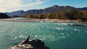 Panorama van de bergrivier, het turkooise water, de zomer en de herfst stock videobeelden