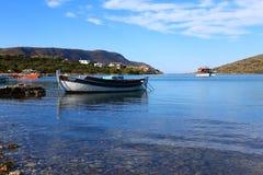 Panorama van de boot op het duidelijke water op het Eiland Kreta, Griekenland stock foto's