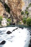 Panorama van de Buna-rivier met miniwaterval Stock Foto