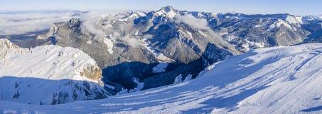 Panorama van de Chartreuse-bergen in sneeuw met erachter Mont Blanc worden behandeld dat royalty-vrije stock afbeeldingen