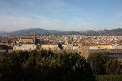 Panorama van de daken van de stad van Florence, het Toscaanse kapitaal, dat vanaf de bovenkant van een kleine heuvel wordt gezien stock foto's