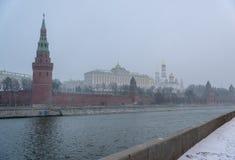 Panorama van de Dijk van het Kremlin in de winterdag, sneeuwstorm, blizzard Rusland stock fotografie