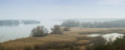 Panorama van de Dnieper-Rivier in een mistige nevel Mooi de herfstlandschap Zaporozhyegebied, de Oekraïne stock fotografie