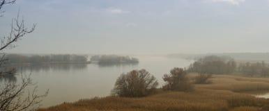 Panorama van de Dnieper-Rivier in de de herfst mistige nevel Zaporozhyegebied, de Oekraïne royalty-vrije stock afbeeldingen