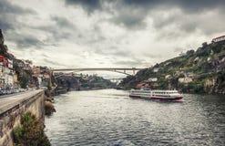 Panorama van de Douro-rivier, Dom Luiz Bridge van Porto, Portugal Stock Afbeelding