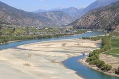 Panorama van de eerste kromming van de Yangtze-Rivier dichtbij ShiGu-dorp niet verre van Lijiang, Yunnan - China stock foto
