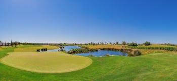 Panorama van de golfcursus Op het meer Stock Afbeelding