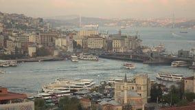 Panorama van de Gouden Hoorn van Istanboel en Galata-Brug met toeristenschepen die in Bosphorus drijven stock foto's