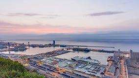 Panorama van de haven in de nacht van Barcelona aan dag timelapse, Spanje stock videobeelden