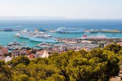 Panorama van de haven met cruisevoeringen in Palma de Mallorca Stock Afbeeldingen