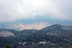 Panorama van de hoge groene bergen in Montenegro Stock Fotografie