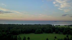 Panorama van de hommel van de kust van de Golf van Finland tijdens een zonsondergang dichtbij het park Alexandrië, St stock videobeelden