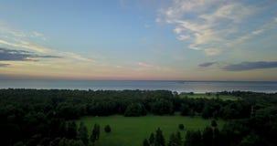 Panorama van de hommel van de kust van de Golf van Finland tijdens een zonsondergang dichtbij het park Alexandrië, St stock video