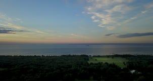 Panorama van de hommel van de kust van de Golf van Finland tijdens een zonsondergang dichtbij het park Alexandrië, St stock footage