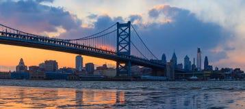 Panorama van de horizon, Ben Franklin Bridge en Penn van Philadelphia Stock Foto's