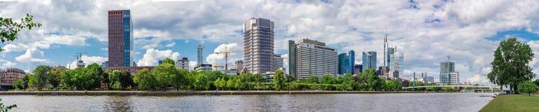 Panorama van de Horizon van Frankfurt en Hoofdrivier in de Zomer Royalty-vrije Stock Foto's