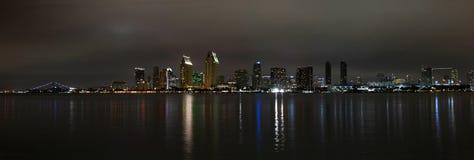 Panorama van de horizon van San Diego bij nacht stock afbeelding