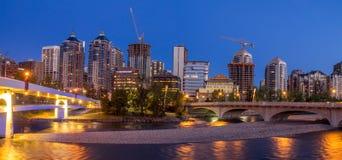 Panorama van de horizon van Calgary langs Louise Bridge Stock Afbeeldingen