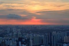 Panorama van de horizon van Singapore met wolkenkrabbers bij zonsondergang Stock Afbeelding