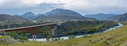 Panorama van de Katun-rivier in de Altai-Bergen royalty-vrije stock fotografie