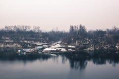 Panorama van de kleine arbeiders industriële huizen op het meer binnen stock foto's