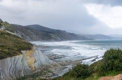 Panorama van de klippen en flysch van Zumaia, Baskisch Land stock foto's