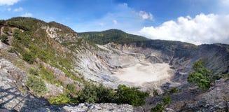 Panorama van de krater van Tangkuban Perahu Stock Afbeeldingen