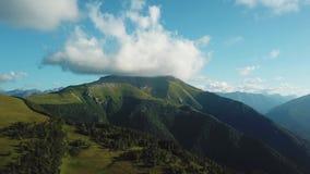 Panorama van de Krimbergen Mooie bergen met bossen luchtmening stock video