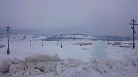 Panorama van de kust van het eiland Sviyazhsk op het ijs in de winter Sviyazhskdorp, Republiek Tatarstan, Rusland stock afbeelding