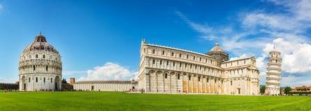Panorama van de leunende toren van Pisa met de kathedraal Duomo en de doopkapel in Pisa, Toscanië Italië Stock Foto's